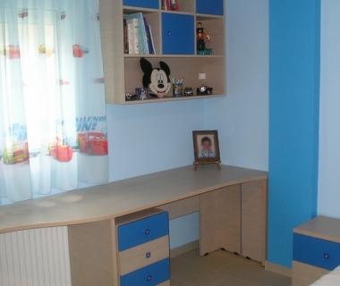 Γραφείο και βιβλιοθήκη παιδικου δωματίου με μπλε συρτάρια