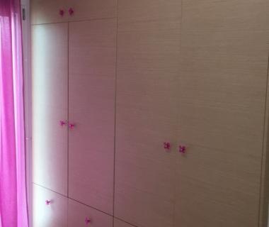 Ντουλάπα παιδικού δωματίου με φουξ στοιχεία