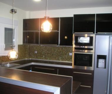 Κουζίνα με γυάλινα πορτάκι και πλαίσιο αλουμινίου