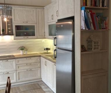 Μετάβαση κουζίνας σε καθιστικό με βιβλιοθήκη