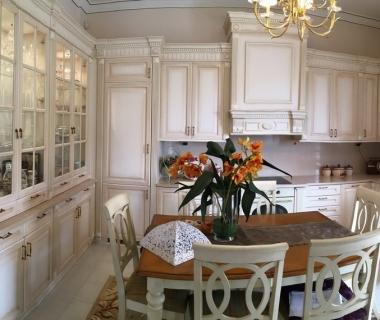 Πανοραμική άποψη κουζίνας λάκα πατίνα με σκαλίσματα