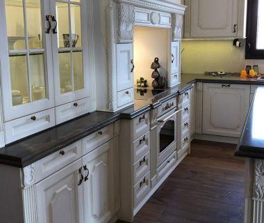 Κουζίνα απο μασίφ πορτάκια βαμμένα λάκα πατίνα