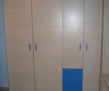 Ντουλάπα παιδικού δωματίου με μπλε συρτάρια